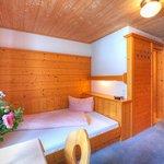 Einzelzimmer King size Bett 140 cm Dusche /WC Sat TV