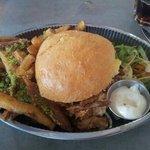 pulled pork burger med parmesan and parsley fries og aioli