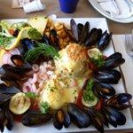 déjeuné spécial rêve doux: moules oeufs bénés crevettes de matane saumon fumé