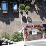 Θέα στο προαύλιο και το πάρκινγκ από τον 3ο όροφο