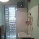 camera singola con lavandino interno e bagno esterno (pulizia OK  buona)