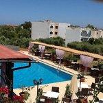 Billede taget fra terrassen af pool og restaurant
