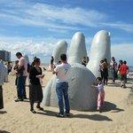 Esta Escultura al aire libre y frente al mar, es sencillamente hermoso.-