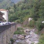 il fiume che passa sotto il ristorante