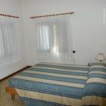 La habitación con sus dos ventanas