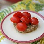 La frisa di grano duro con i pomodorini e basilico