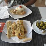 focaccia salata al rosmarino e olio d'oliva con olive