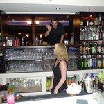 Ejer og en af de skønne bartendere