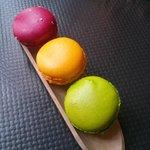 Trio de macarons : Grenadine/framboise - Rose/passion - Mojito