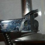 Element de la douche sale et cassé