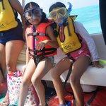 Las niñas listas para snorkelear.