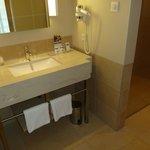 Waschbecken, große Dusche, abgetrenntes WC