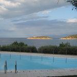 Вид из номера с общим бассейном