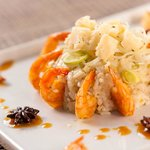 Camarão flambados no uisque com risoto de alho poró e queijo grana