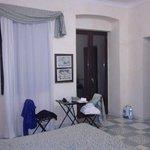 Camera da letto: finestre e tavolino