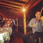 Violinista tocando en la cena de los Sabados.