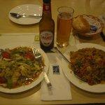 ボリュームたっぷり炒飯と野菜サラダ