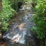 Très agréable petite rivière qui passe à coté de l'hôtel