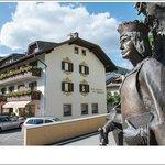 Hotel e statua di Massimiliano
