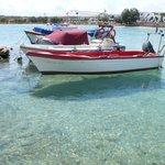 dietro alle barche gli ombrelloni dell'hotel, golfetto e spiaggia molto belli