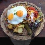 Bratkartoffeln mit Ei und Salat