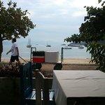 Aquí es el desayuno, con una muy linda vista al mar!