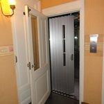 O elevador com sua porta dupla.