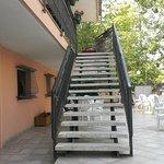 Scala a lato ingresso albergo che porta alla sala ristorante e terrazza esterna