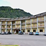 El hotel y su aparcamiento