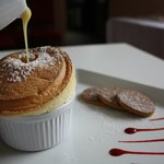 Soufflé chaud au Grand Marnier - sauce chocolat blanc - biscuits au gingenbre