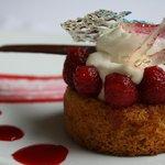 Framboises marinées - sablé à la fleur de sel - crème légère à la vanille - coulis de franboise