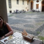 I tavoli all'aperto nell'antica corte