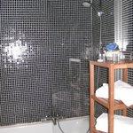 luxe badkamer met alles erop en eraan