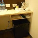 書桌上的備品和電冰箱