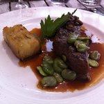 Pièce de boeuf Simmenthal grillée, poêlée de girolles et fèves des Marais, pommes de terre fonda