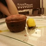Souffle de chocolate con helado de mandarina