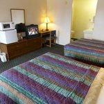 2 queens beds