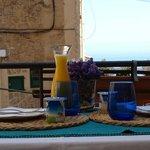 Mesa preparada para servir el desayuno