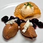 Mousse von dunkler Grand Crue Schokolade mit Kirschragout und weissem Max- Havelar Kaffeeglace