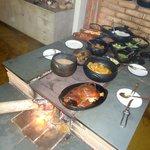 comida no  fogão a lenha atende desde os amantes de carnes até vegetarianos.