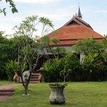 De tuin en het gezellige gebouw waar ontbeten en gedineerd kan worden