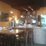 Interior climatizado para comer, beber y Gin Club.