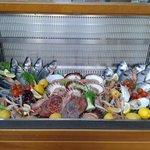 vetrina di pesce fresco del giorno