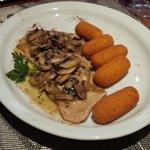 Escalope de veau, sauce champignon-ail et croquettes