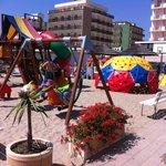 Spielplatz am Strand (Hotel Apollo hinten rechts im Bild)