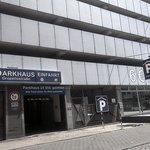"""Parking publico, viejo, sucio, inseguro y """"de otra empresa sin relacion con el hotel"""""""