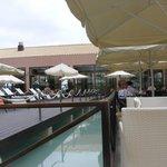 χώρος μπαρ εστιατόριο γύρο από πισίνα