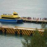 a cuadra y media esta el ferry
