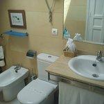 Cuarto de baño limpio y completo