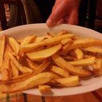 patatine fritte, secondo il disciplinare di mammà, rigorosamente tagliate a mano e non surgelate